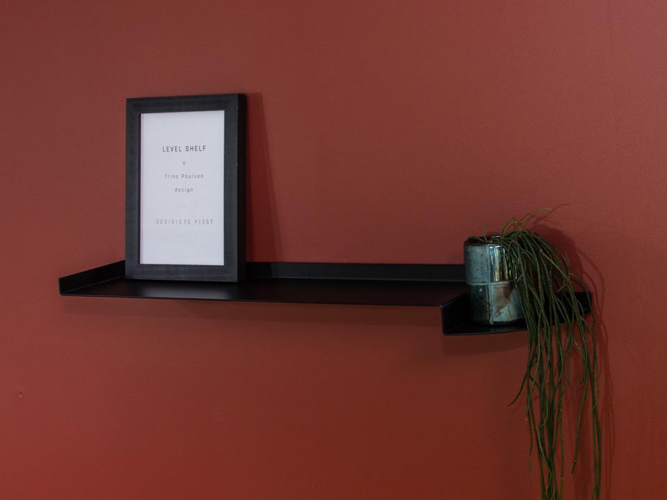 LEVEL SHELF - dekorativ sort svævehylde, lang